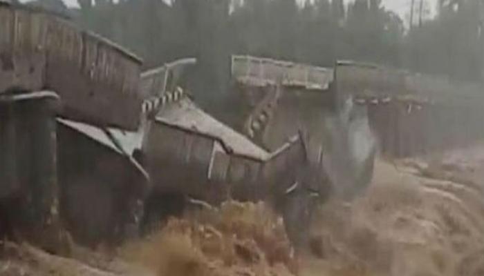 पुरामुळे कोसळला नदीवरचा पूल, थरारक दृष्यं कॅमेरामध्ये कैद
