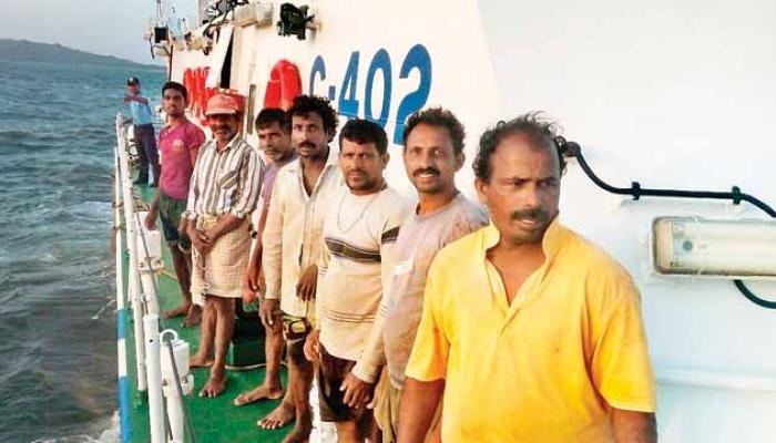रत्नागिरीत मासेमारी नौका बुडाली, 8 जणांना वाचविण्यात यश