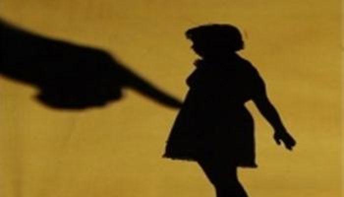 पित्याने आपल्या 10 वर्षाच्या लहान मुलीबरोबर केल दुष्कृत्य