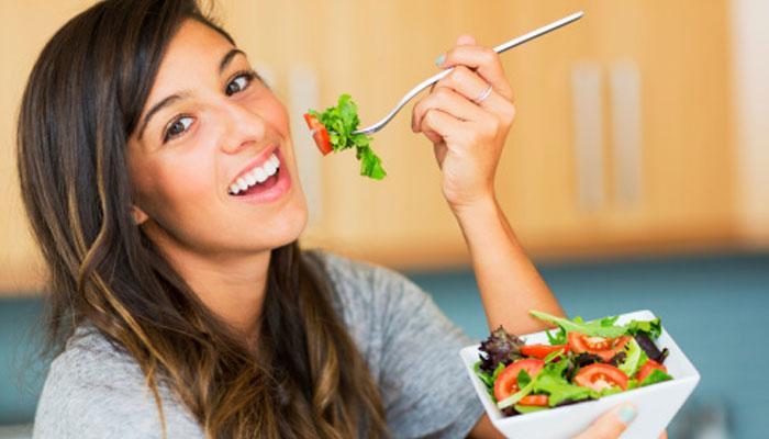 केस गळती थाबंवण्यासाठी रोजच्या आहारात हे घ्या..