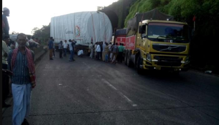 मुंबई-पुणे एक्सप्रेस वेवर विचित्र अपघात, वाहतूक ठप्प