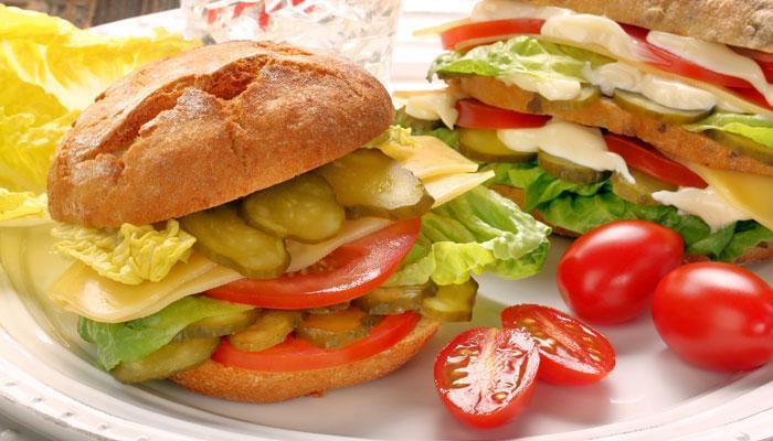 बाहेर पैसे घालवण्यापेक्षा घरातचं बनवा पौष्टिक बर्गर