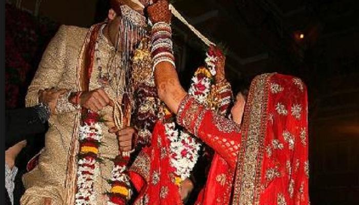 लग्नात वधू-वर एकमेकांच्या गळ्यात वरमाला का घालतात?
