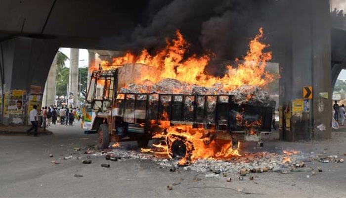 कावेरीचा पाणी प्रश्न पेटला, आंदोलकांनी जाळल्या 56 बस