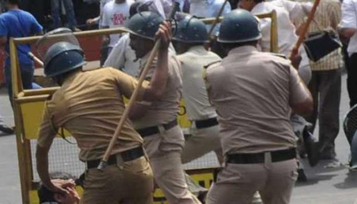 धुळ्यात पाण्यासाठी संतापाचा उद्रेक, शेतकऱ्यांवर पोलिसांचा लाठीमार