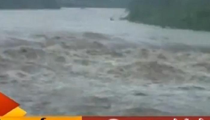 बीडमध्ये पावसाची तुफान बॅटिंग, सरस्वती नदीला पूर