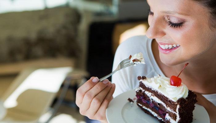 साखर जास्त खातं असाल तर या ५ लक्षणांकडे दुर्लक्ष नको