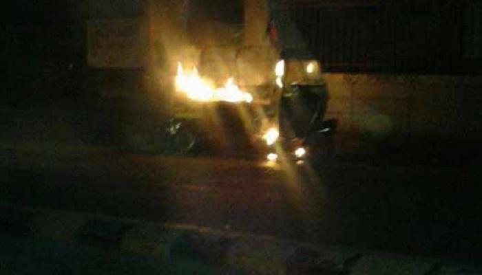 मुंबईत धावत्या रिक्षाला आग, आठ जण जखमी