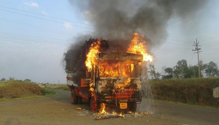 कोल्हापुरात ऊसाचा ट्रक जाळला