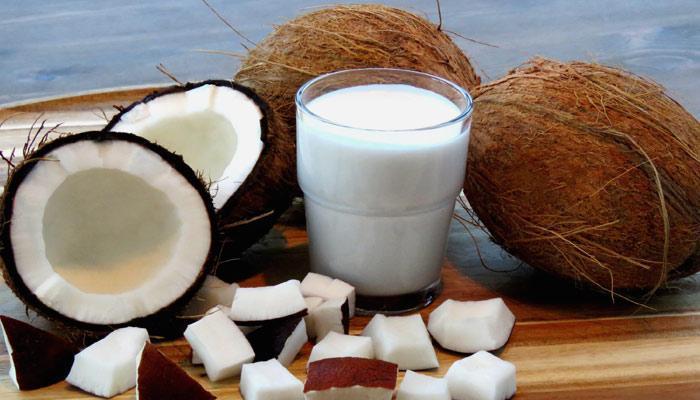 नारळाचे दूध त्वचा आणि केसाचे सौंदर्य अधिक प्रभावी खुलवते