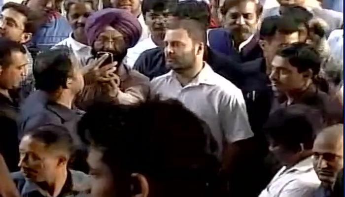राहुल गांधी नोटा बदलण्यासाठी रांगेत