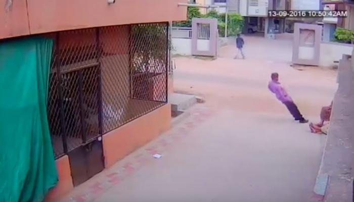 धक्कादायक व्हिडिओ : उभ्यानंच त्याला हार्ट अॅटॅक आला आणि...