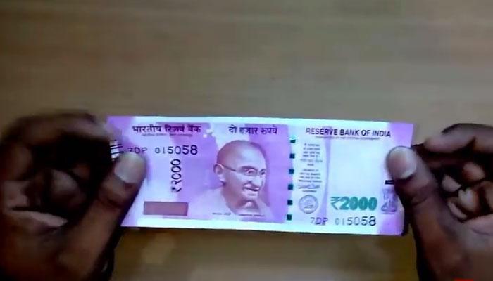 २ हजार रुपयांची नोट ३० मिनीट पाण्यात टाकली, पाहा काय झालं.. व्हिडिओ व्हायरल...
