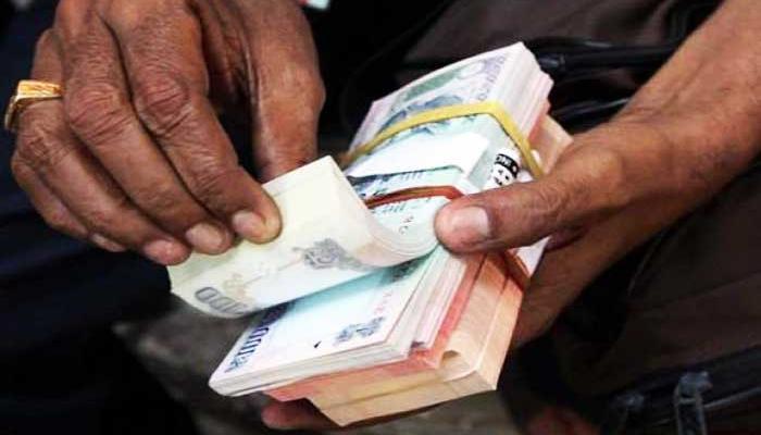 जिल्हा बँकांशी संलग्न असलेल्यांचे पगार रखडणार