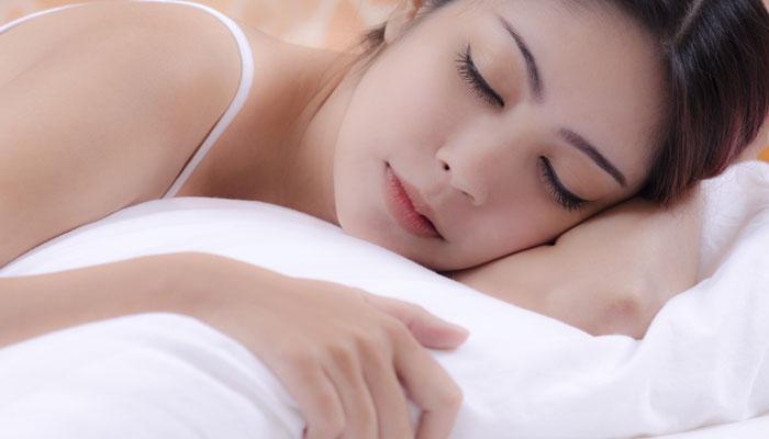 डाव्या कुशीवर झोपण्याचे 6 फायदे