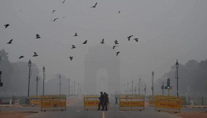 दिल्लीत धुक्याची चादर,  विमान वेळापत्रक कोलमडले