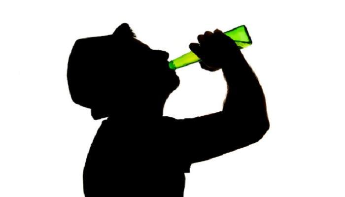 फेसबुकवर शेअर केला दारुच्या बाटलीसोबत फोटो, 4 जणांना अटक