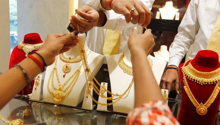 सोने किमतीत नोटबंदीनंतर मागणी घटल्याने मोठी घसरण