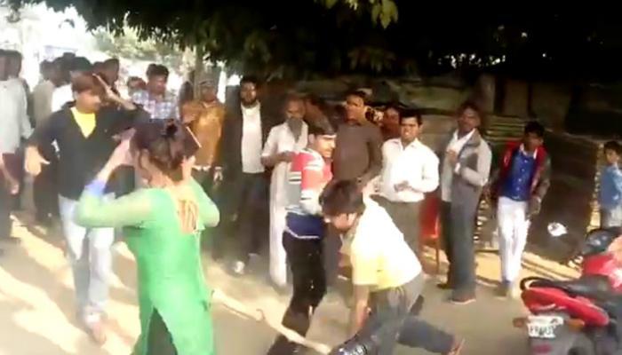 VIDEO : छेडछाडीला विरोध केला म्हणून... महिलेला रस्त्यावरच बेदम मारहाण