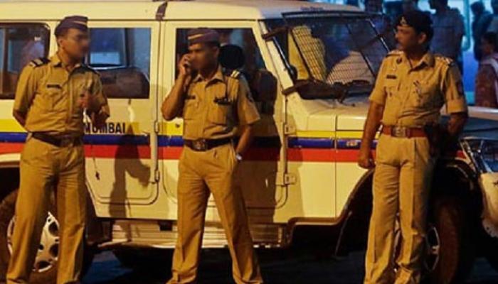 मुंबईत भरधाव कारने दोन पोलीस कर्मचाऱ्यांना चिरडले