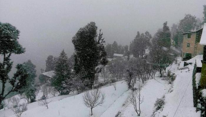 शिमल्यात तूफान बर्फवृष्टी, नारकंड्यात 200 पर्यटक अडकले