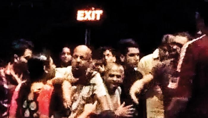 सिनेमागृहात राष्ट्रगीताला उभे न राहिल्याने तिघांना अटक