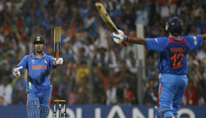 धोनीचा विक्रम, वनडेत 200 सिक्स मारणारा पहिला भारतीय
