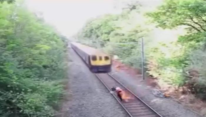 फास्ट ट्रेनसमोर अडकलेल्या व्यक्तीचा मृत्यू होता अटळ, पण झाला चमत्कार...