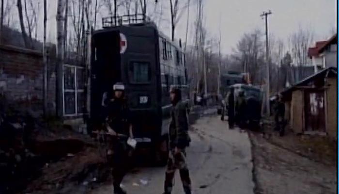 जम्मू काश्मीरमध्ये ३ दहशतवादी ठार, १ जवान शहीद
