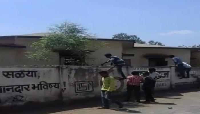 शिक्षक-पोलिसांसमोरच लातूरमध्ये 'कॉपी' पॅटर्न