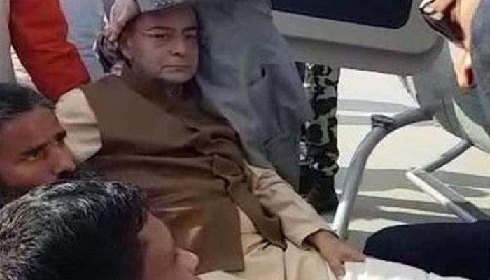 अर्थमंत्री अरूण जेटली हेलिकॉप्टरमध्ये चढतांना घसरले