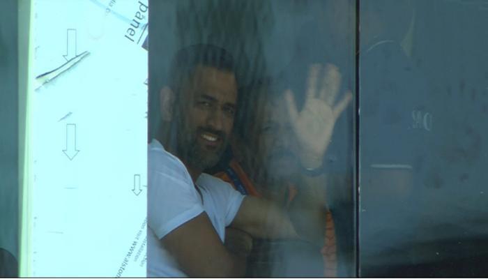टीम इंडियाला चीअर अप करण्यासाठी आला धोनी