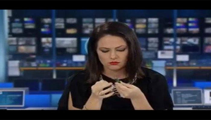 VIDEO : विचारात मग्न असलेली न्यूज अँकरने कॅमेऱ्यासमोर दिली अशी रिअॅक्शन
