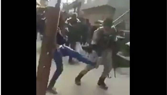 इलेक्शन ड्युटीवरून परतणाऱ्या CRPF जवानांशी काश्मीर युवकांचे गैरवर्तन, VIDEO व्हायरल