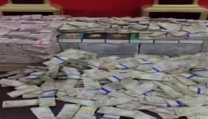 माजी नगरसेवकाच्या कार्यालयात सापडलं नोटांचं घबाड