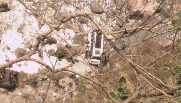 बस नदीत कोसळून ४४ पेक्षा अधिक लोकांचा मृत्यू