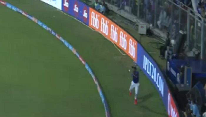 मुंबई-दिल्ली सामन्यादरम्यान बॉल बॉयचा जबरदस्त कॅच