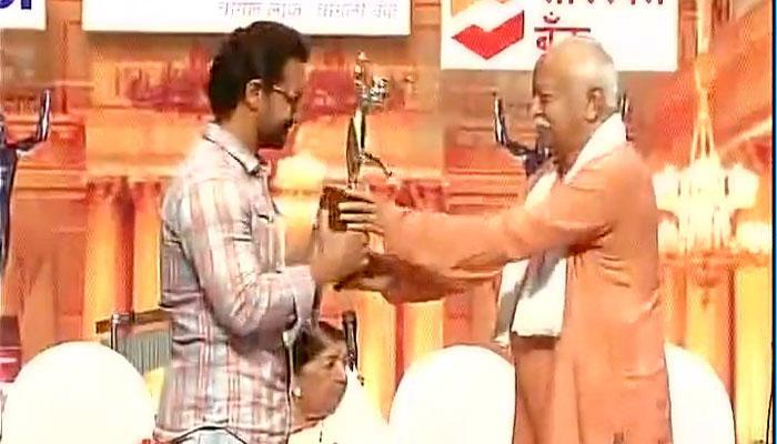 'दंगल'साठी भागवतांच्या हस्ते आमिर खानचा सन्मान