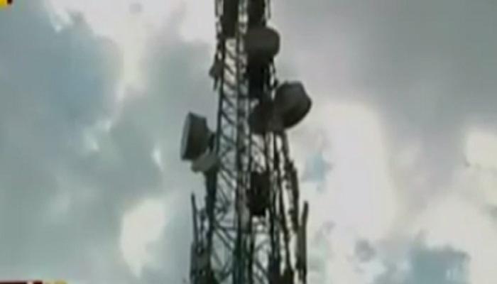 कामगारांचे टॉवरवर चढून शोले स्टाइल आंदोलन