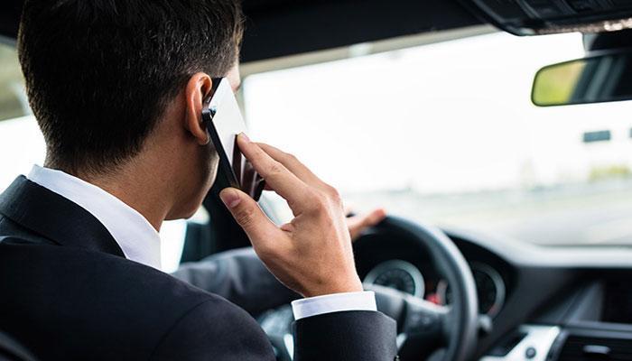 गाडी चालवताना मोबाईलवर बोलण्याचा मोह भारतीयांना आवरेना