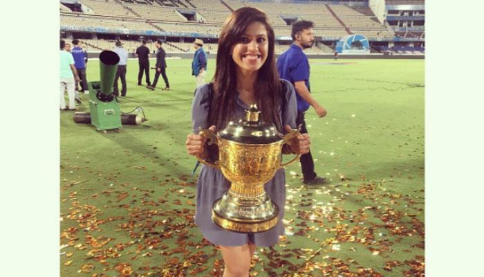 मुंबईच्या विजयानंतर आयपीएल ट्रॉफीसह दिसली मिस्ट्री गर्ल