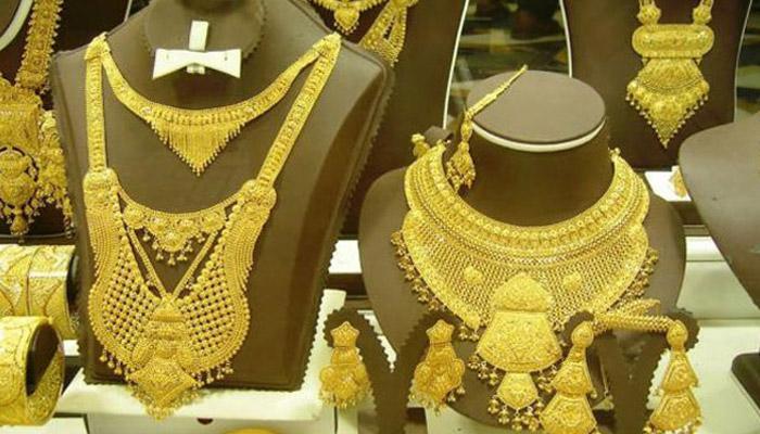सोन्याच्या दरात १०० रुपयांची घसरण, चांदीचे दरही घसरले