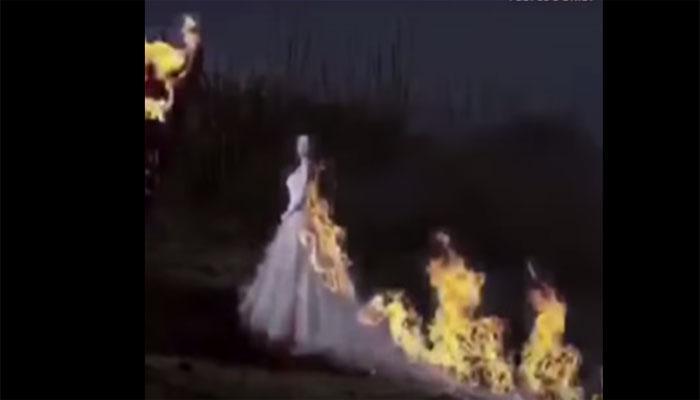 VIDEO:लग्न कायम लक्षात राहण्यासाठी वधुने आपल्या कपड्याला लावली आग