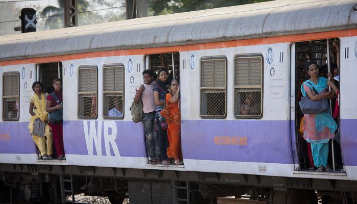 मुंबई लोकल मान्सून पूर्व पावसात लेट, अनेकांचा खोळंबा