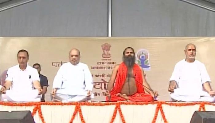 अहमदाबादमध्ये अमित शाहांचा बाबा रामदेवांबरोबर योगा