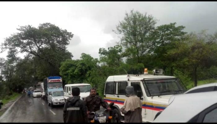 मुंबई - गोवा महामार्गावर वृक्ष कोसळ्याने वाहतूक ठप्प
