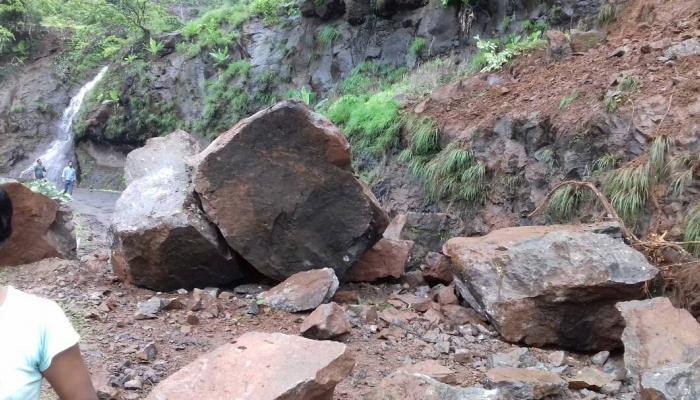 रायगड - महाड पुणे मार्गावर दरड कोसळून वाहतूक ठप्प