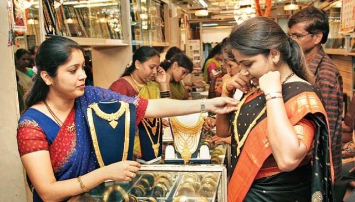 सोने खरेदीसाठी सराफा दुकानात ग्राहकांची झुंबड