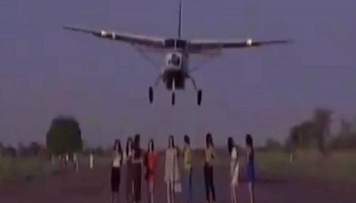 उडत्या विमानाखाली ९ मॉ़डेल्स आल्या कशा?