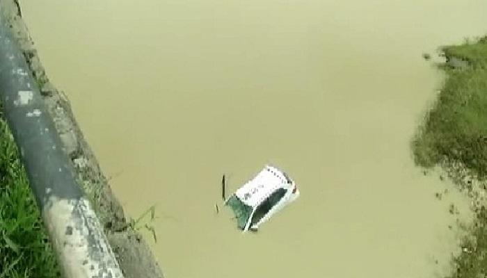 पुलाचे कठडे तोडून कार नदी पात्रात कोसळली, कार मालक बेपत्ता